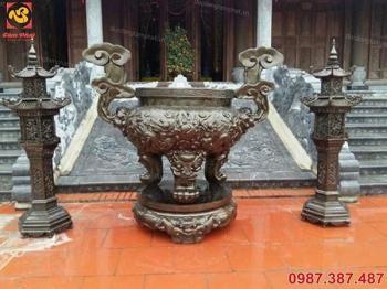 Lư đồng giả cổ, oai nghiêm đặt trong khuôn viên nhà chùa