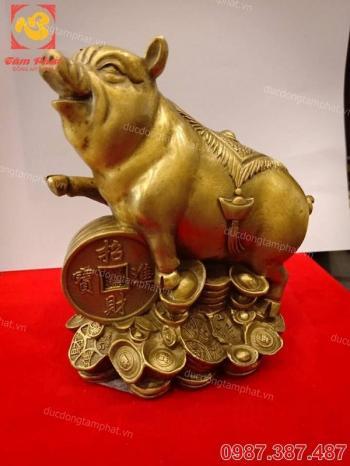 Lợn phong thủy bằng đồng cõng tiền trên lưng