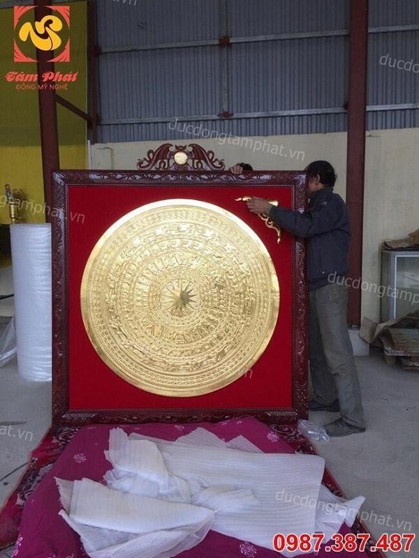 Lắp đặt mặt trống đồng đỏ 1m2 thếp vàng 9999 khung gỗ gụ cho khách