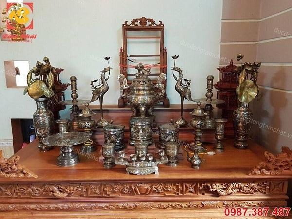 Bộ đồ thờ bằng đồng cao 50cm khảm ngũ sắc tinh xảo lắp đặt cho khách