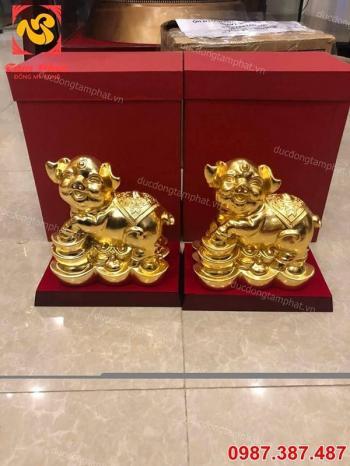 Linh vật lợn phong thủy mạ vàng đứng trên thỏi vàng, hũ tiền đẹp tinh xảo