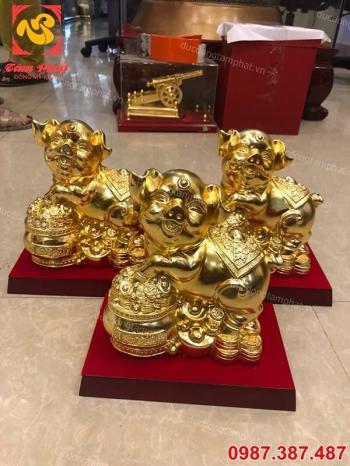 Heo đứng trên hũ tiền vàng mang may mắn cho gia chủ
