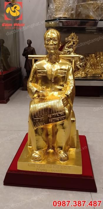 Tượng đồng Bác Hồ ngồi đọc báo mạ vàng 24k sang trọng, thần thái đủ kích thước..!