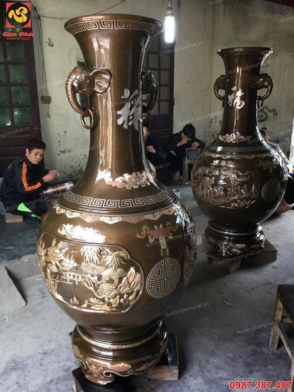 Đôi lọ lộc bình bằng đồng tai voi 1m2 khảm tam khí lắp đặt tại chùa