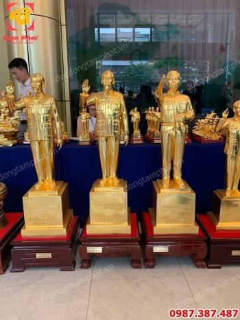 Tượng Bác Hồ bằng đồng mạ vàng 24k vẫy tay chào cao 1m1