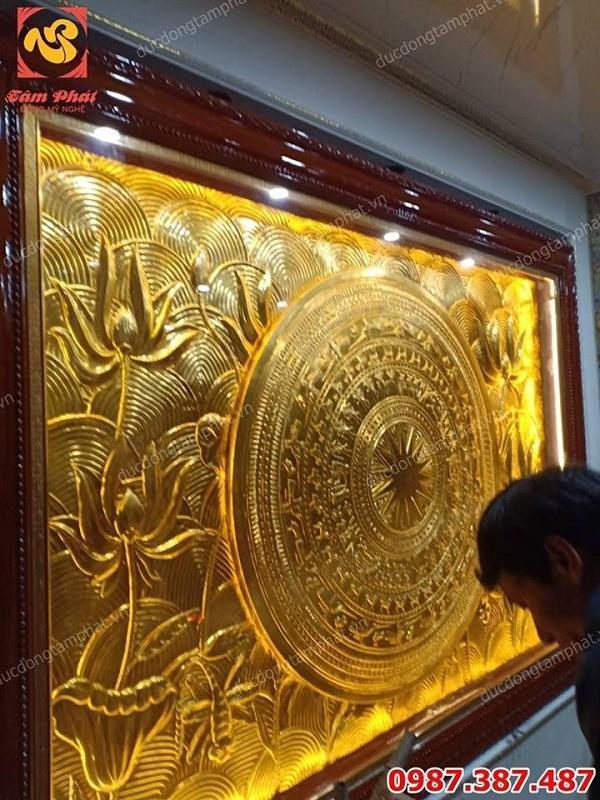 Lắp đặt tranh đồng mặt trống hoa sen kích thước 2m x 3m mạ vàng 24k