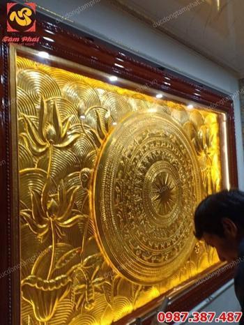 Lắp đặt tranh đồng mặt trống hoa sen kích thước 2m x 3m mạ vàng 24k tại khách sạn Quảng Ninh..!