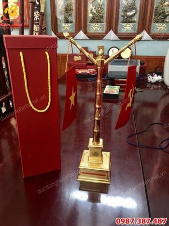Cột cờ mạ vàng 24k để bàn làm việc khắc tên theo yêu cầu cao 50cm
