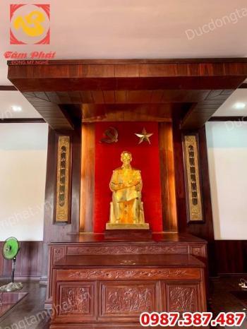Tượng Bác Hồ ngồi đọc báo Nhân dân xã luận cao 1m27 tại bến Nhà Rồng thếp vàng 9999...!