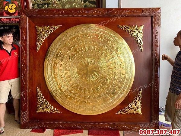 Tranh mặt trống đồng kích thước 1m55 khung gỗ 2m x 2m3 mạ vàng