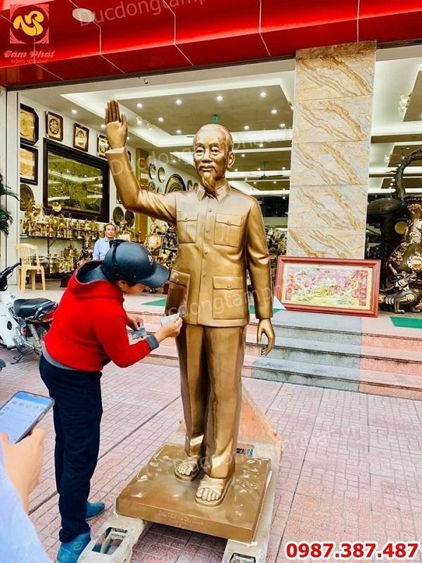 Tượng Bác Hồ vẫy tay chào cao 1m76 lắp đặt Bệnh viện Thái Nguyên.!